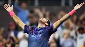 Juan Martín del Potro eleva los brazos al cielo después de vencer a Dominic Thiem
