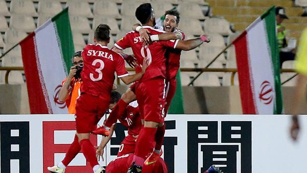 Jugadores sirios celebran uno de los tantos que anotaron ante Irán