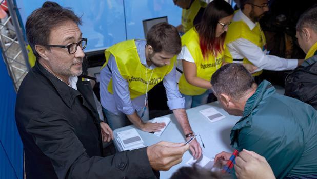 Agustí Benedito recogiendo firmas antes de la disputa del partido ante el Español