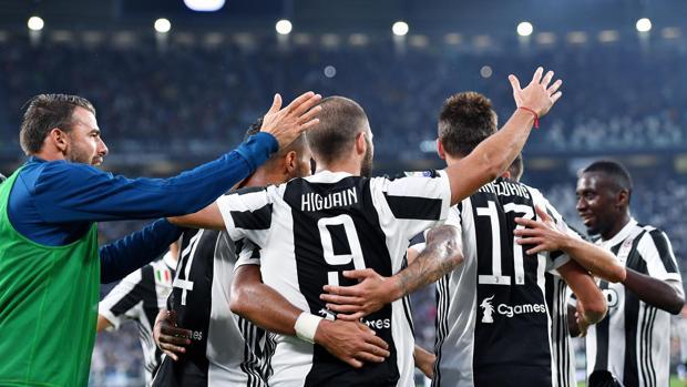 Los jugadores de la Juventus celebrando el gol de Higuain