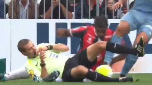 Marlon fue con ímpetu en busca del balón y acabó derribando al árbitro
