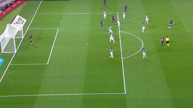 Messi, más adelantado que la defensa del Español cuando el balón sale de los pies de Rakitic