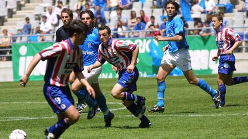 Un lance del juego del Oviedo-Sporting de la temporada 2002-2003