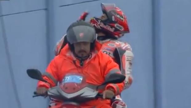 MotoGP | GP de San Marino:  Márquez responde con besos a la inquina de la grada italiana