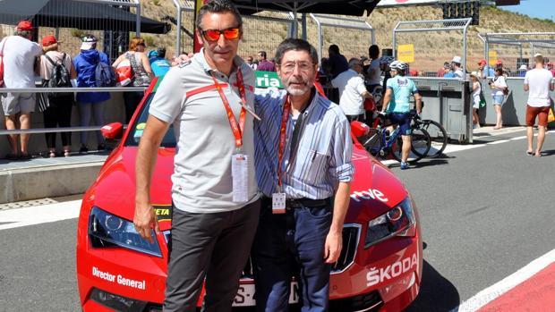 El sacerdote Salvador García San Emeterio (derecha), junto a Fernando Escartín, director técnico de la Vuelta