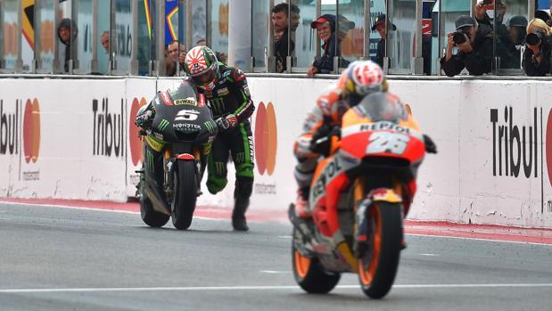 Johann Zarco entra arrastrando la moto