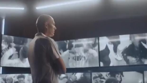 Zidane mirando la escena con los jóvenes