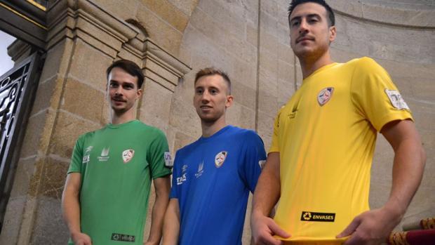 Iago Barro, Santi Valladares y Víctor López, del Santiago Futsal, con las nuevas camisetas