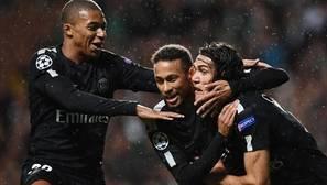 Mbappé, Neymar y Cavani celebran un gol del PSG