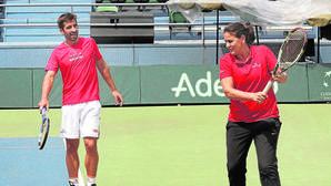 El tenista Marc López junto a Conchita Martínez en un entrenamiento de la Copa Davis