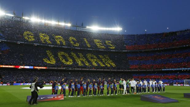 El Camp Nou rinde homenaje a Cruyff antes de la disputa de un partido ante el Madrid