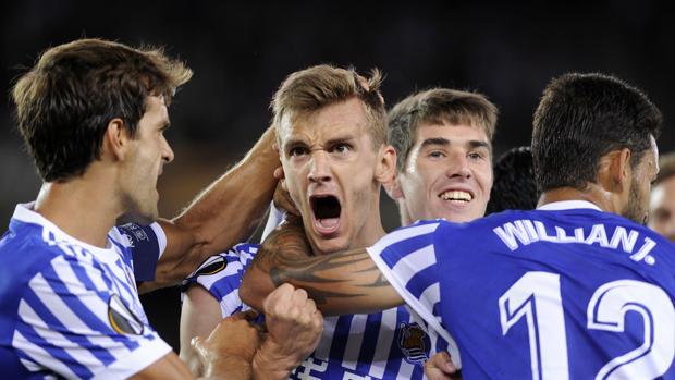 Los jugadores de la Real Sociedad celebran uno de los goles anotados