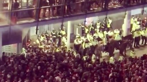 Aficionados alemanes en las puertas del Emirates Stadium