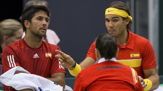 Verdasco y Nadal charlan con Conchita durante un encuentro de la Copa Davis