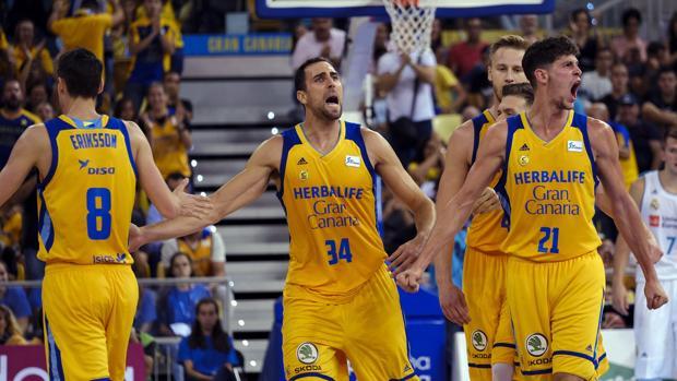 Los jugadores del Herbalife Gran Canaria celebran su victoria sobre el Real Madrid en la Supercopa