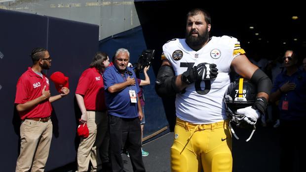 Alejandro Villanueva, durante la interpretación del himno estadounidense en el Bears-Steelers