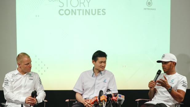 Bottas y Hamilton junto al gerente de Petronas en Malasia