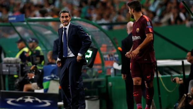 Ernesto Valverde habla con Luis Suárez durante el partido