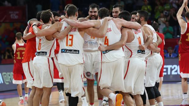 La selección española celebrando el bronce en el Eurobasket