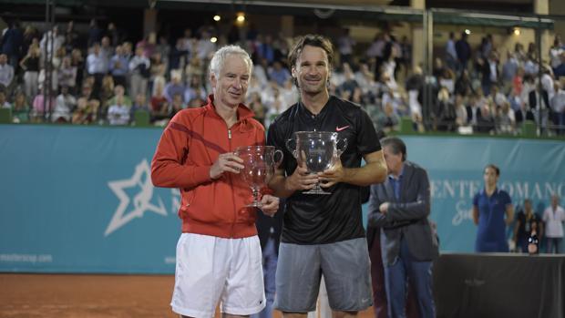 John McEnroe y Carlos Moya, subcampeón y campeón de la Senior Masters Cup
