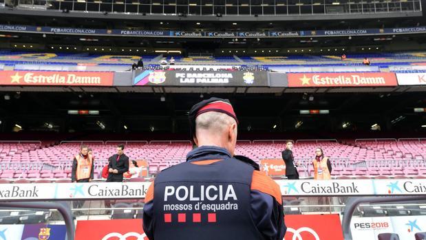 Un mosso vigila el Camp Nou, vacío antes del duelo ante Las Palmas