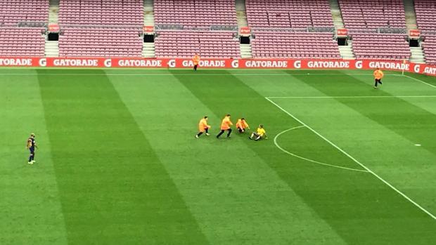 La seguridad del Camp Nou retira al espontáneo