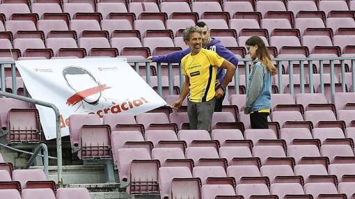 El espontáneo, en la grada, antes de saltar al césped del Camp Nou
