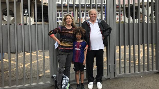 La familia Schnepf, en la puerta 11 del Camp Nou