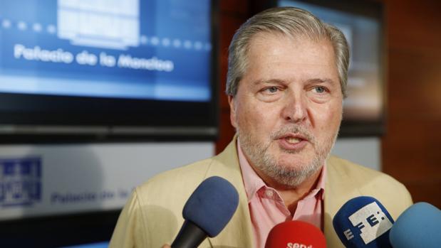 Íñigo Méndez de Vigo atiende a los medios en el Palacio de La Moncloa