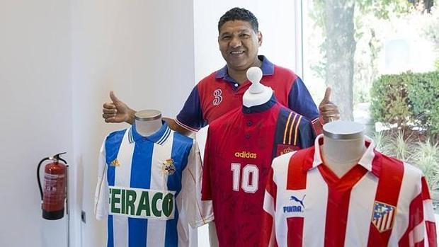 Donato, con las camisetas del Deportivo, el Atlético y la selección española