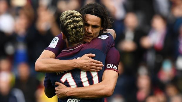Neymar y Cavani se abrazan en el último partido del PSG