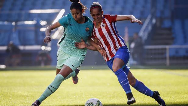 Marta Corredera y Melanie Serrano pelean por un balón durante un Brcelona-Atlético