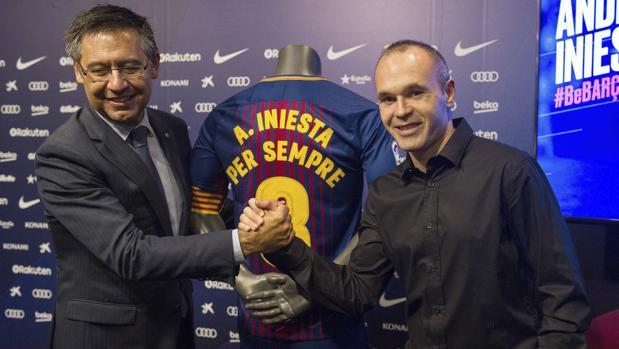 Iniesta, con el presidente del Barcelona