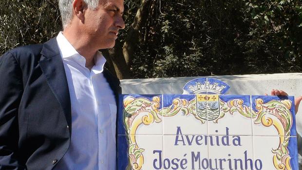 José Mourinho, junto a la placa de «su» avenida