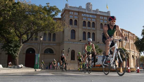 Los triatletas, a su paso por la plaza de Toros de El Puerto.