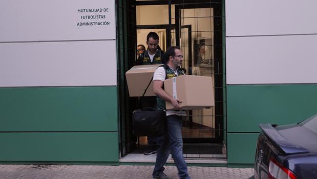 Los agentes de la UCO se incautan de documentación de la Mutualidad andaluza