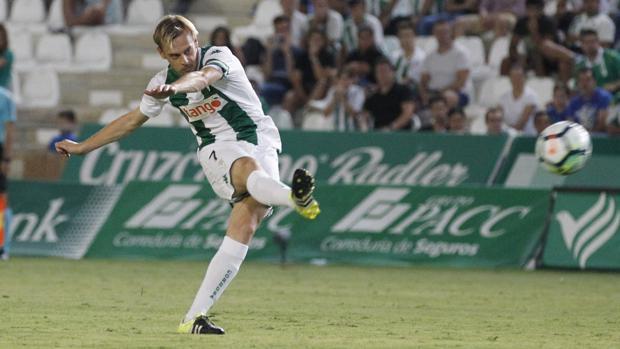 El centrocampista del Córdoba CF Javi Lara lanza a portería