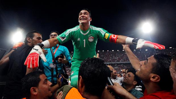 Essam El Hadary, aclamado tras la clasificación de Egipto
