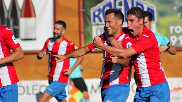 Joaquín, felicitado por sus compañeros después de marcar ante el Coruxo