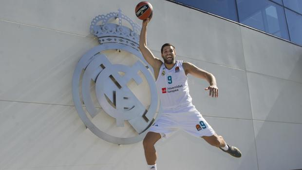 Felipe Reyes posa para ABC en la Ciudad del Real Madrid