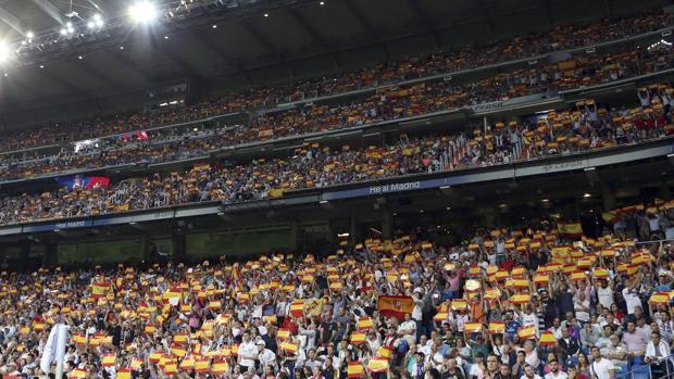 Banderas en las gradas de un campo de fútbol