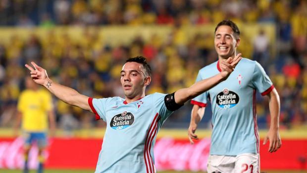 El delantero del Celta Iago Aspas (i) celebra tras marcar el segundo gol ante la UD Las Palmas
