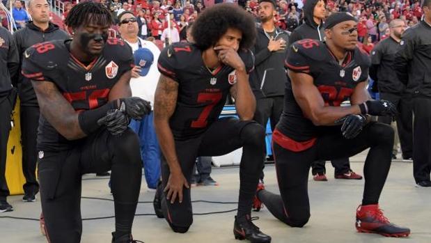 Kaepernick, en el centro, durante su protesta