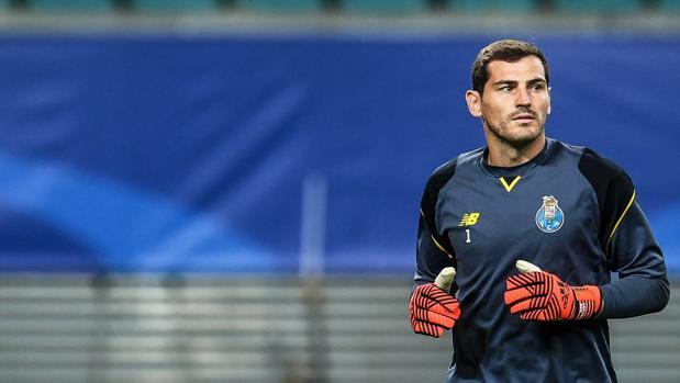 Casillas, suplente en el Oporto, calienta en el partido ante el Leipzig