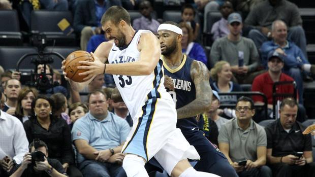 Marc Gasol (i) de los Grizzlies disputa el balón con DeMarcus Cousins (d) de los Pelicans