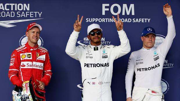 Hamilton, en el centro, junto a Vettel (izquierda) y Bottas (derecha), los tres primeros clasificados