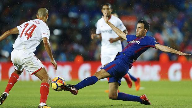 Sergio Busquets pelea un balón durante el partido entre el Barcelona y el Sevilla