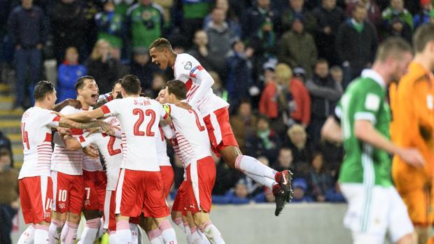 Los jugadores de Suiza celebran la victoria de su equipo ante Irlanda del Norte en Belfast