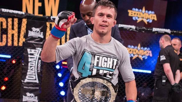 El luchador español Dani Barez celebra el título en el octógono