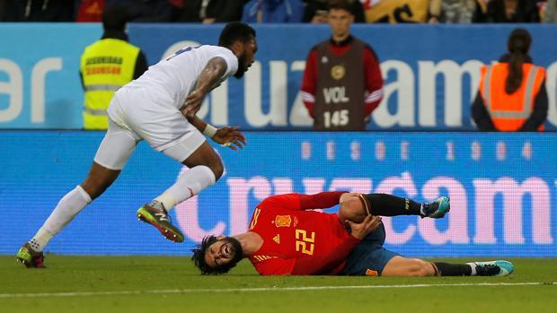 Isco se duele en el suelo durante el partido frente a Costa Rica